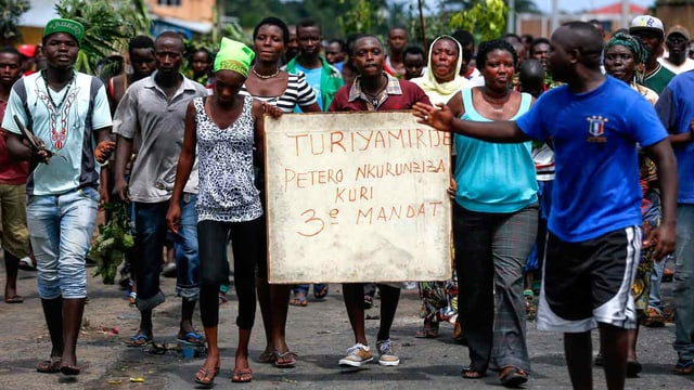 Menschen demonstrieren gegen den Präsidenten.