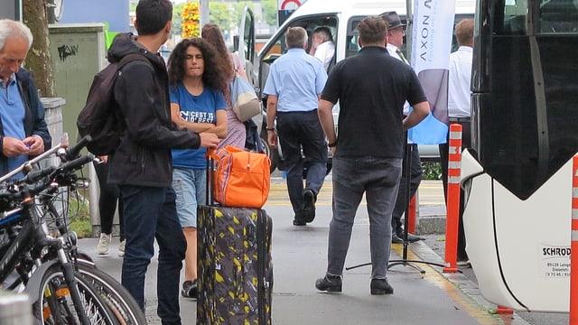 Abreisende menschen mit Gepäck
