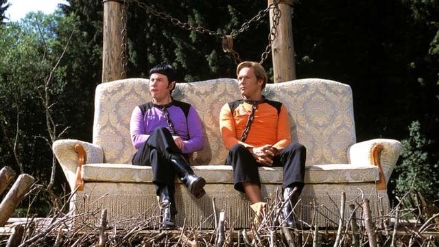 Ausschnitt aus dem Film Traumschiff Surprise: Zwei sitzen auf einem Sofa