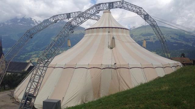 La tenda a Cuort cun ina magnifica survista encunter Vuorz e Breil
