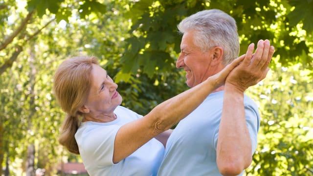 Ein älteres Paar am tanzen.