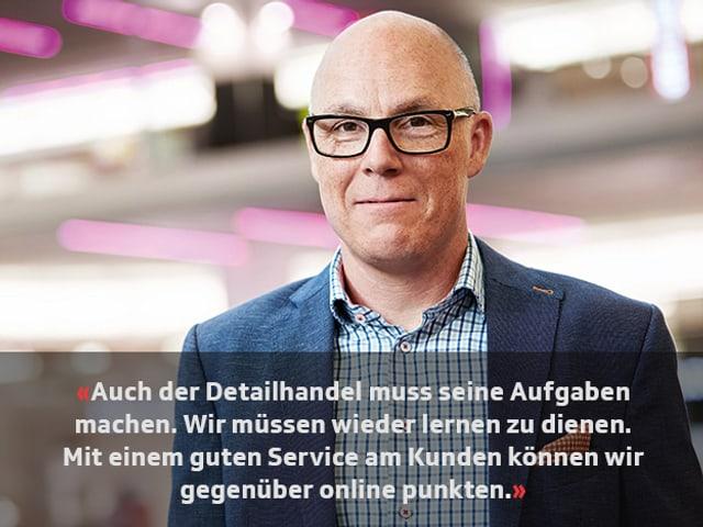 Porträt von Patrick Stäuble mit dem Zitat: «Auch der Detailhandel muss seine Aufgaben machen. Wir müssen wieder lernen zu dienen. Mit einem guten Service am Kunden können wir gegenüber online punkten.»