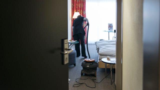 Dunna che lavura en stanza.
