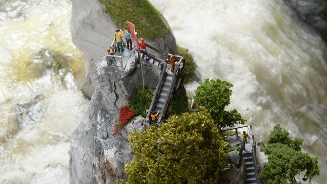 Der nachgebaute Rheinfall von oben fotografiert. Ein Fels mitten in Wasser.
