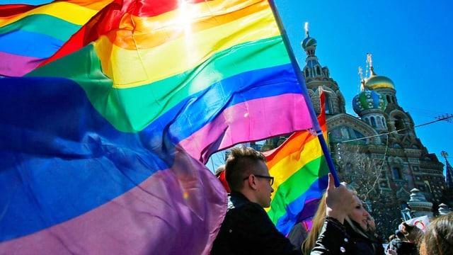 Mann mit Regenbogenfarben in St. Petersburg