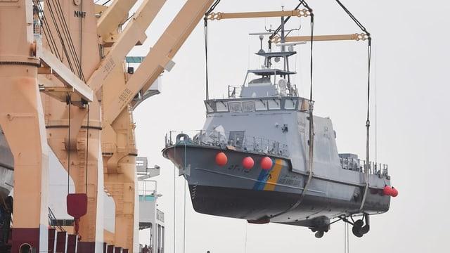 Ein Küstenschutzboot für Saudi-Arabien wird im Hafen von Mukran auf ein Transportschiff verladen (Archiv).