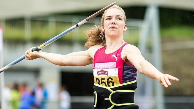 Géraldine Ruckstuhl mit einem Speer beim Abwurf.