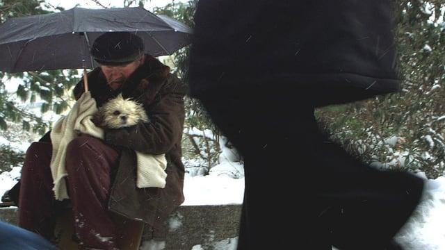 Obdachloser Ungare mit seinem Hund.