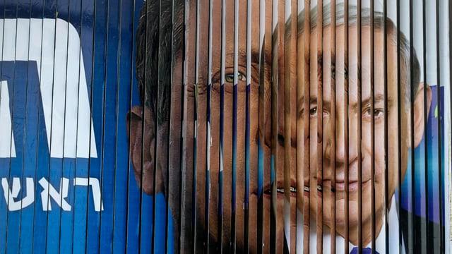 Israel Premierminister Benjamin Netanjahu und sein Herausforderer Izak Herzog auf einem rotierenden Wahlplakat.