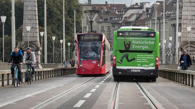 Purtret d'in bus ed in tram che sa cruschan a Berna.