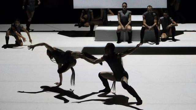 Dunkle Gestalten vor hellem Hintergrund: Szene aus der Choreographie «Howl».
