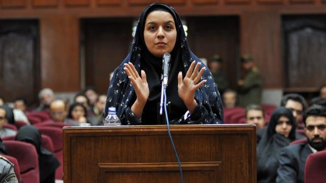 Reyhaneh Dschabbari an einem Pult vor Gericht