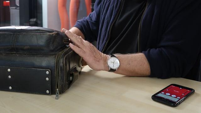 Stefan Tabacznik mit seinem Aufnahmegerät schaut auf Handy