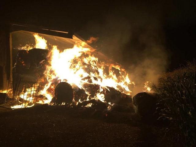 Volbrand einer Scheune bei Nacht.