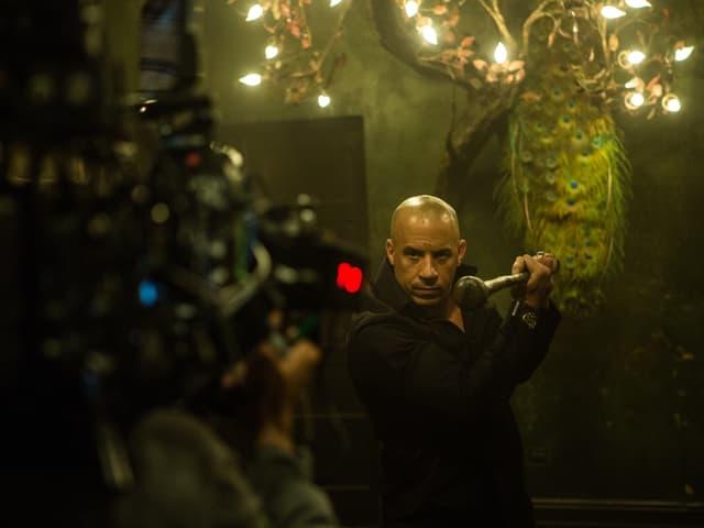 Im Vordergrund unscharf: Die Filmkamera. Im Hintergrund scharf: Hauptdarsteller Vin Diesel.