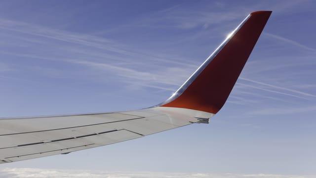 Ein Winglet eines Flugzeugs über den Wolken.