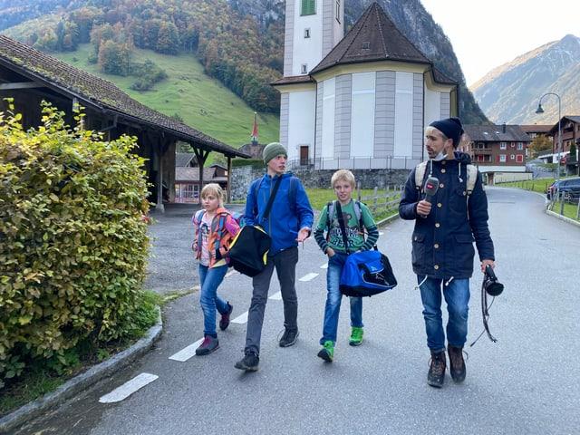Carmen, David und Marco nehmen Moderator Gabriel mit auf ihrem Schulweg.