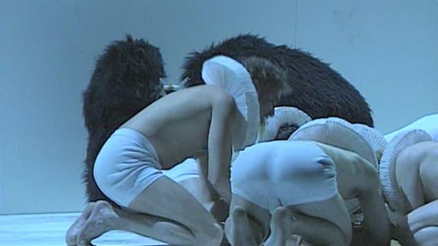 Ein knäuel von Menschen in Unterhosen.
