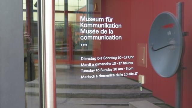 Öffnungszeiten eines Museums an Eingangstüre.