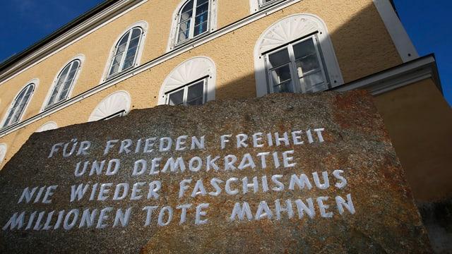 Gedenkstein vor dem Haus mit der Einschrift: «Für Frieden, Freiheit und Demokratie / Nie wieder Faschismus / Millionen Tote mahnen»