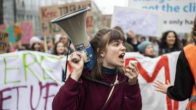 Junge Frau mit einem Mikrofon
