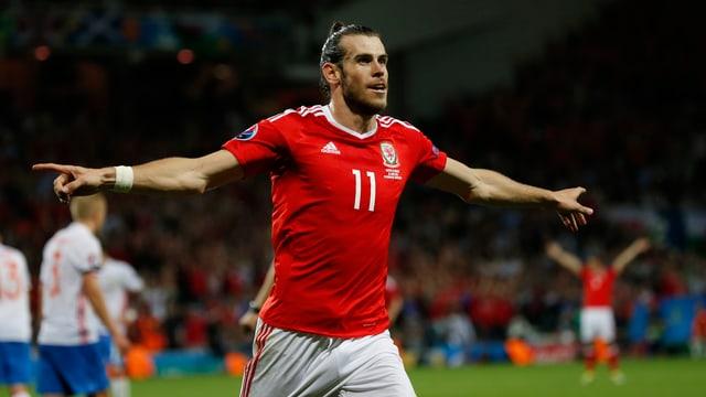 Gareth Bale macht eine Jubelpose auf dem Rasen.