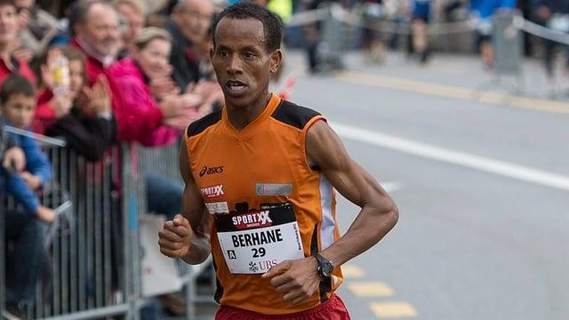 Oqubit Berhane aus Eritrea läuft auf den dritten Platz beim Murtenlauf von Murten nach Fribourg am Sonntag, 7. Oktober 2012, in Fribourg.