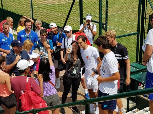 Jeder möchte ein Selfie mit Federer.