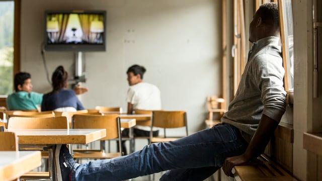 Menschen schauen Fernsehen.