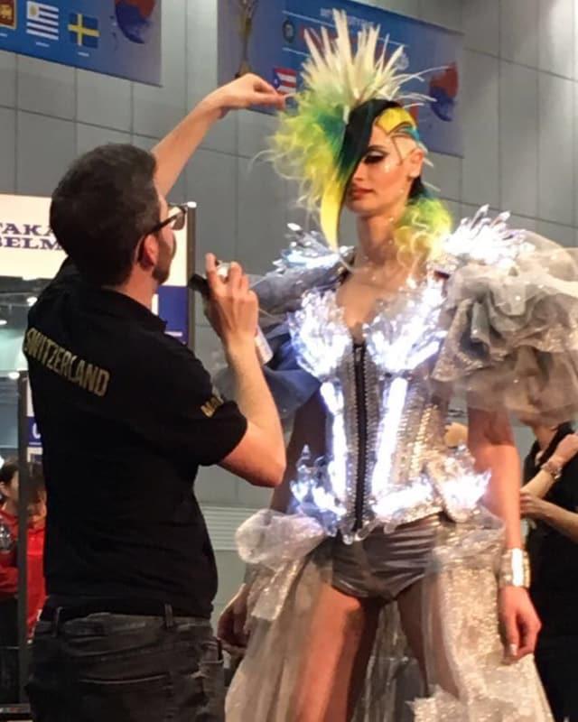 Martin Dürrenmatt frisiert ein Model.