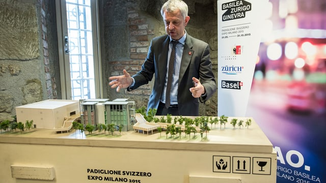 L'ambassadur Nicolas Bideau preschenta il pavigliun svizzer a l'Expo 2015.