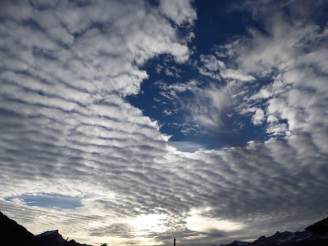 Zwei Löcher in der Wolkendecke.