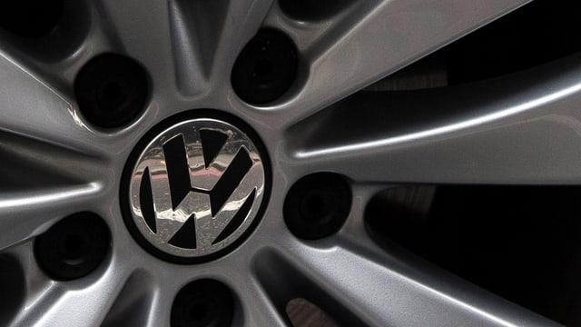 Alufelge eines VW-Autos in Nahaufnahme, im Zentrum das Logo der Automarke