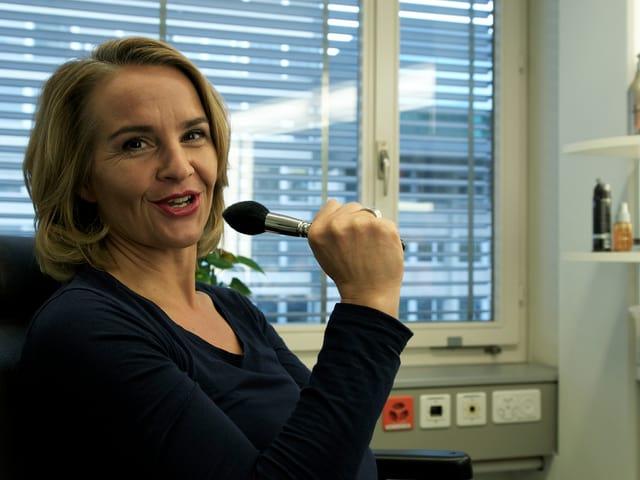 Sonja Hasler nutzt einen Pinsel als Mikrofon.