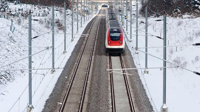 Ein ICN-Zug der SBB auf der Neubaustrecke Mattstetten-Rothrist bei Herzogenbuchsee.