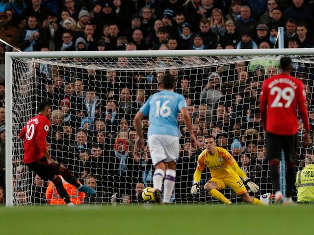 Marcus Rashford bringt United per Penalty in Führung.