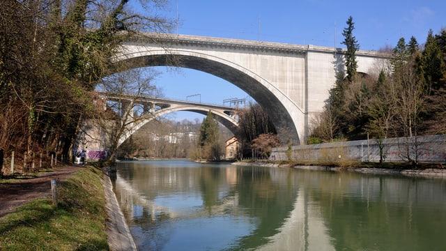 Betonbrücke über Fluss