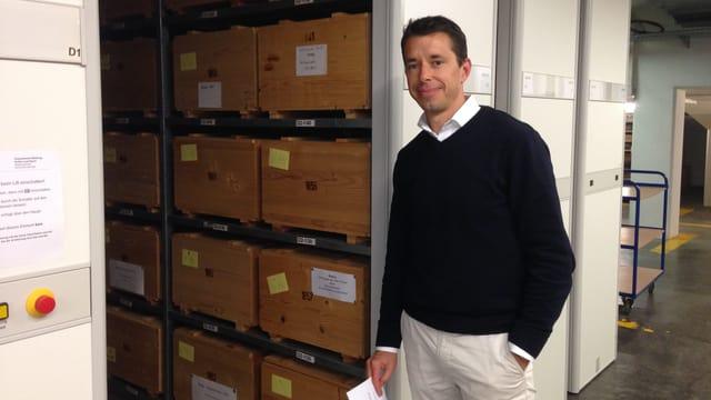 Kantonsarchäologie Georg Matter steht in einem Archiv vor den Kisten, wo der Holzbock drin lebt