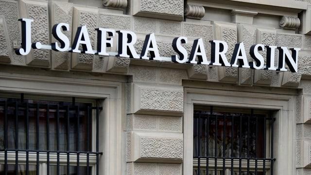 Fassade einer J.-Safra-Sarasin-Bank mit dem Schriftzug in weissen Lettern.