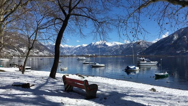 Schneebedeckte Uferpromenade am Lago Maggiore.