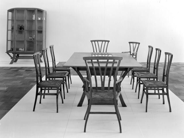 Man sieht einen Esstisch mit Stühlen für das Haus Bloemenwerf.