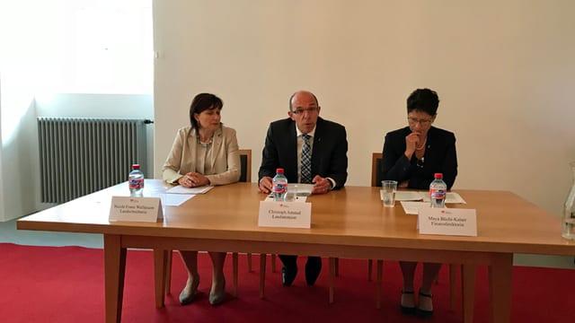 Zwei Frauen und ein Mann am Tisch