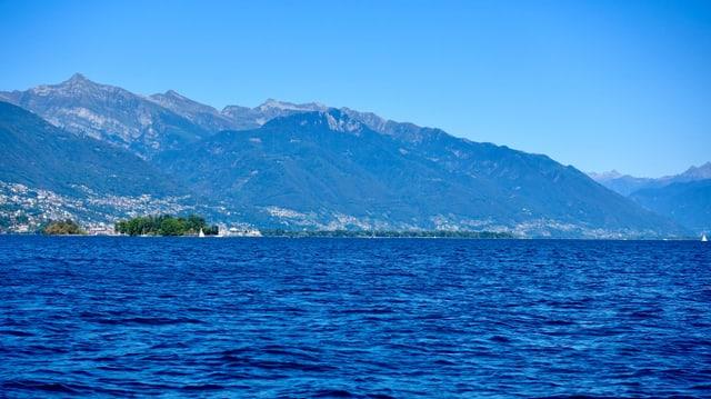Blick über den Lago Maggiore mit Brissago Inseln.