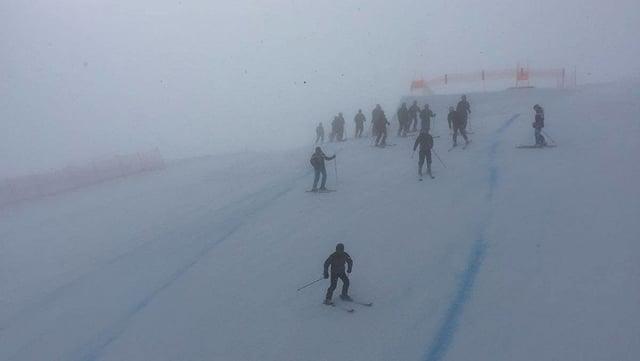 Il militar glischna cun ils skis da la pista da cursa giuadora.