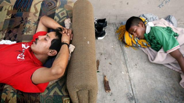 Illegale Immigranten schlafen in Nuevo Laredo, einer Grenzstadt zu Mexiko auf dem Boden eines Hauses. (reuters)