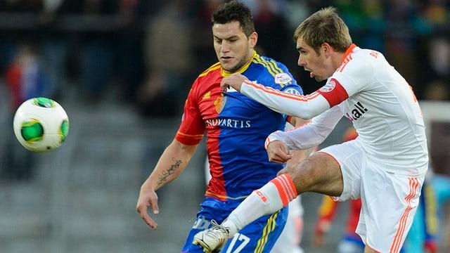 Raul Bobadilla im Zweikampf mit Bayern-Verteidiger Philipp Lahm