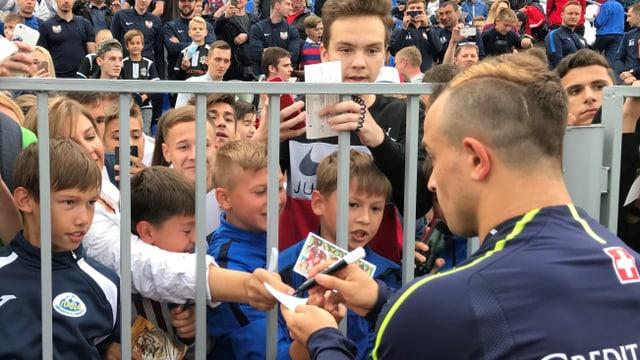 Shaqiri che dat autograms a fans