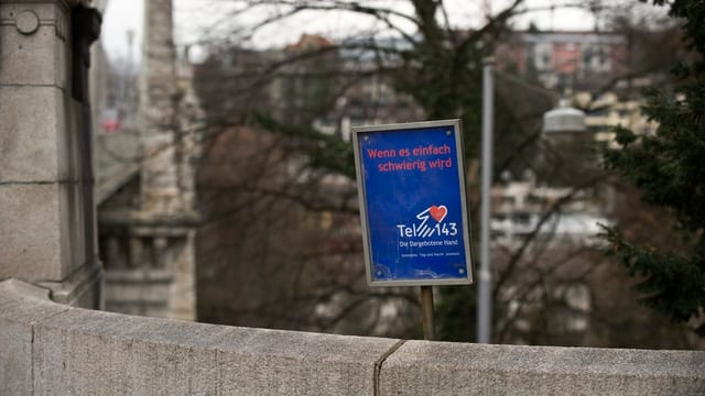 """Brücke mit Schild """"Wenn es einfach schwierig wird"""""""