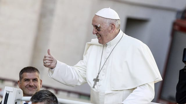 Papa Francestg cun il polesch ad aut.