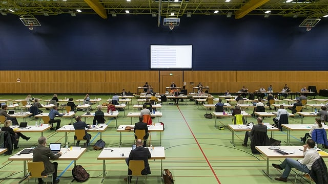 St. Galler Stadtparlament tagt in Sporthalle.